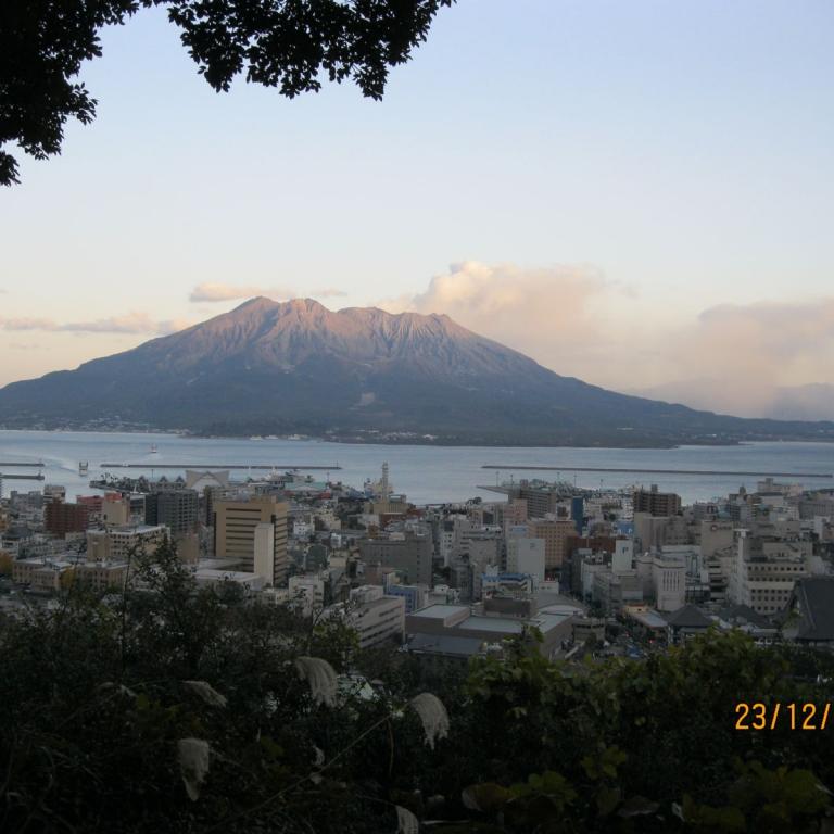 Главный действующий вулкан страны - СакураДзима; Кагосима