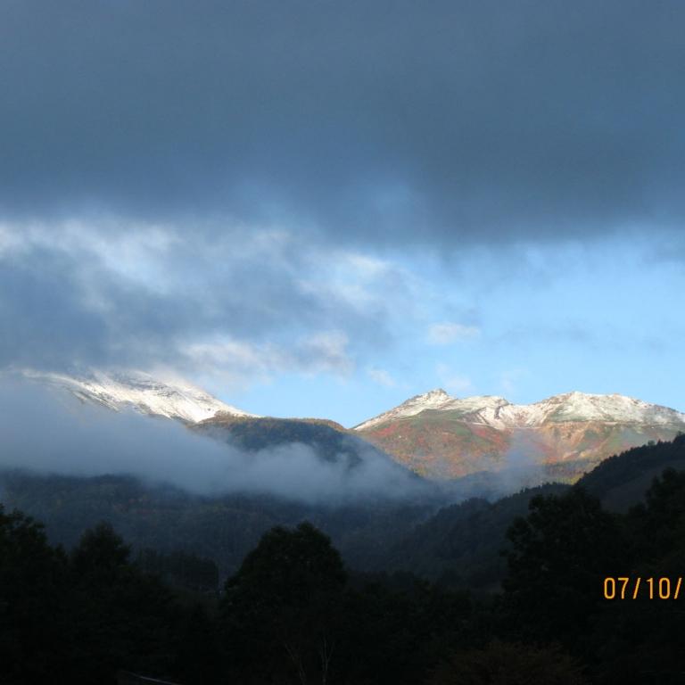 Горы в декабре у озера Инавасиро; Фукусима