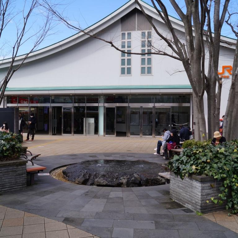 Мисима - станция в окрестностях Фудзи, и форма здании вокзала соответствующая; Сидзуока