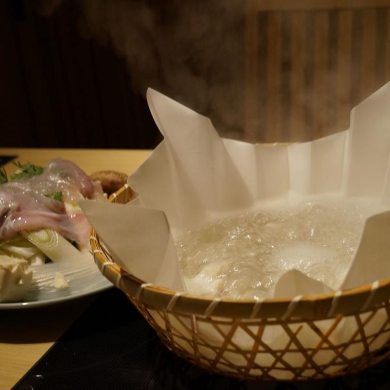 Кусочки фугу рядом с посудиной для варки; Токио
