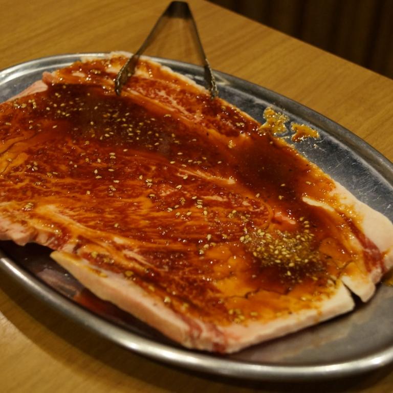 Кусок мяса перед жаркой в ресторане жанра якинику; Токио