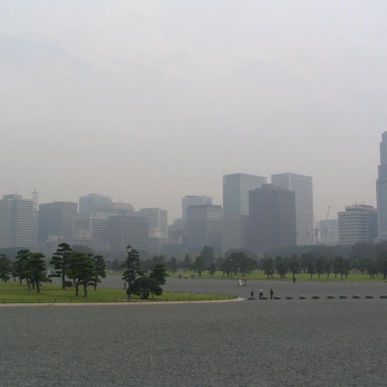 Деловой район Маруноути в утренней дымке; Токио