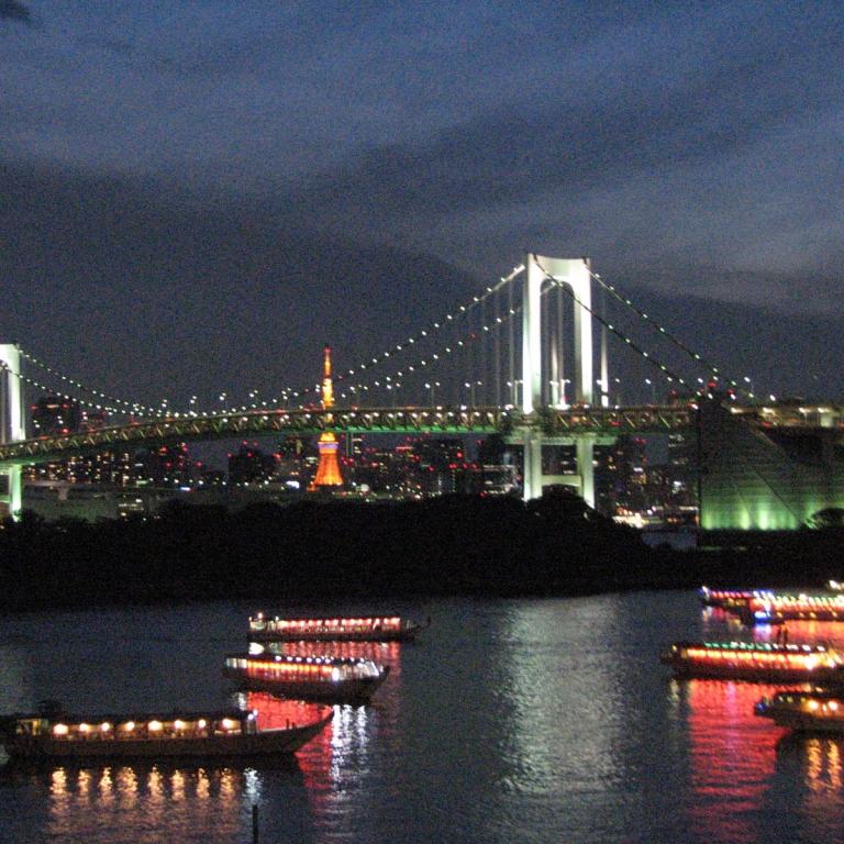 Вид на речные прогулочные суда, мост на Одайба и старую токийскую башню; Токио