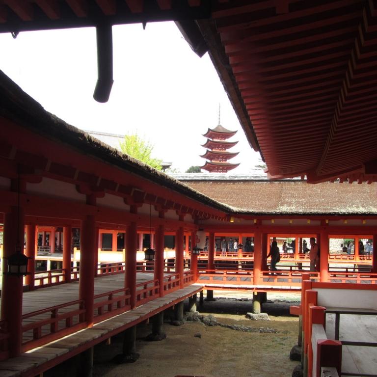 Оранжевые лабиринты Икуцусима Дзиндзя; Хиросима