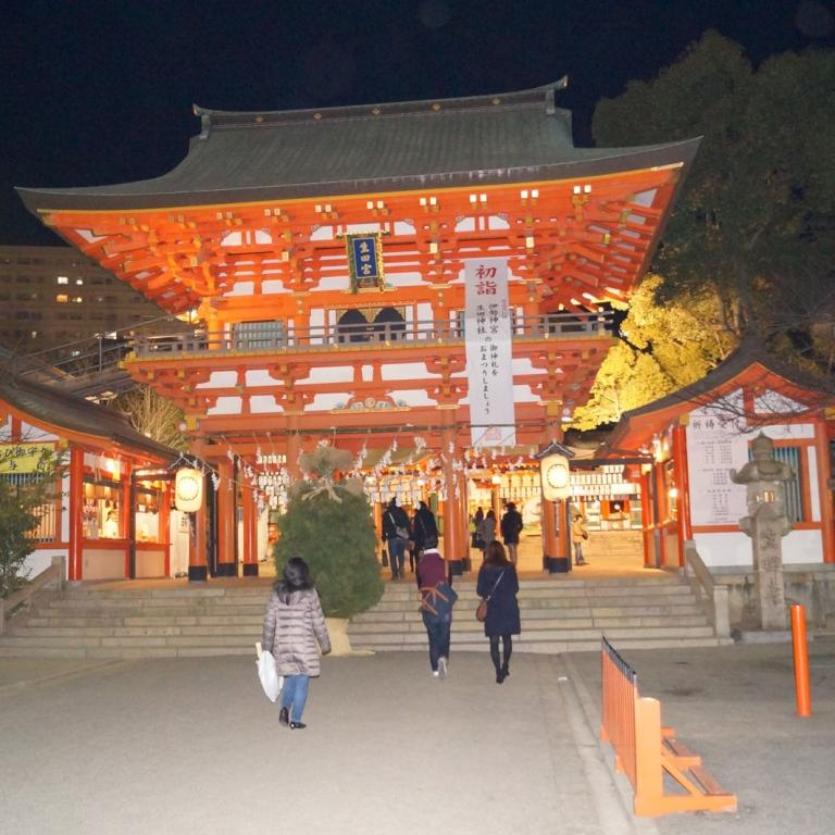 Икута Дзиндзя в вечерней подсветке, Хёго