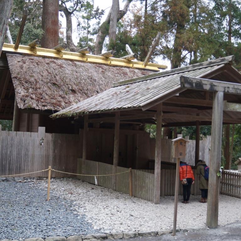 Самый аскетичный и самый глубокий храм Япони - святилище Исэ (одно из строений); Миэ