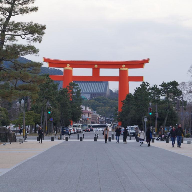 Огромные ворота тории на пути к Хэйан Дзингу, Киото