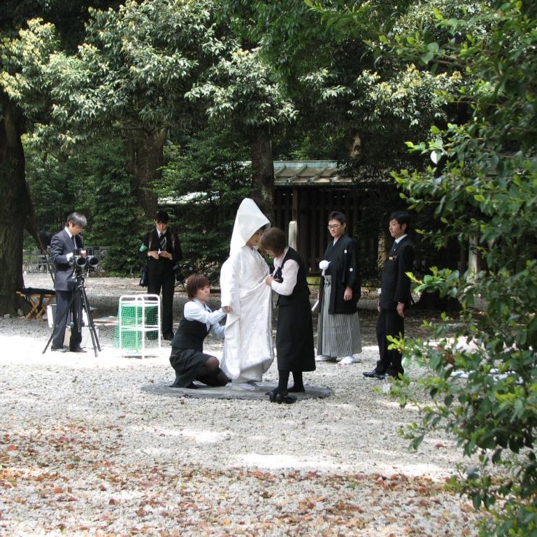 Подготовка к съемкам в традиционном свадебном наряде, Мэйдзи Дзингу; Токио