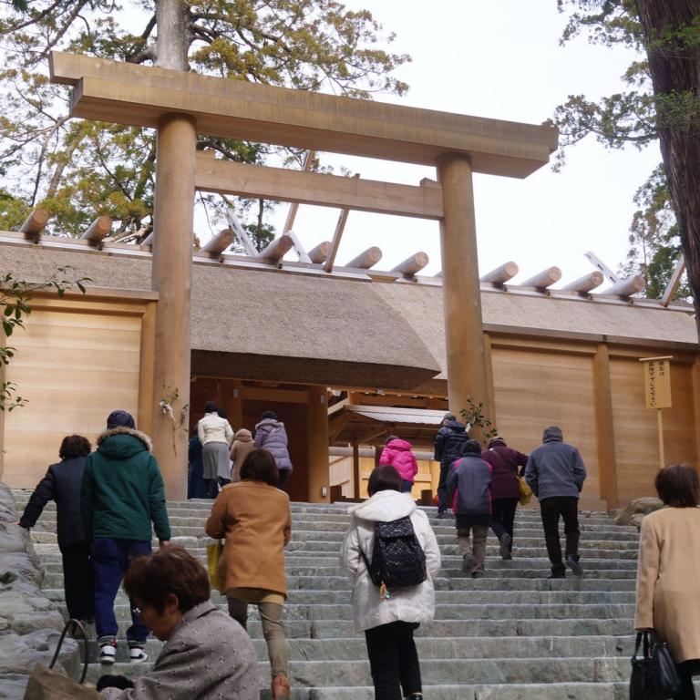 Главное строение Исэ Дзингу, за ворота могут попасть только члены императорской семьи; Миэ