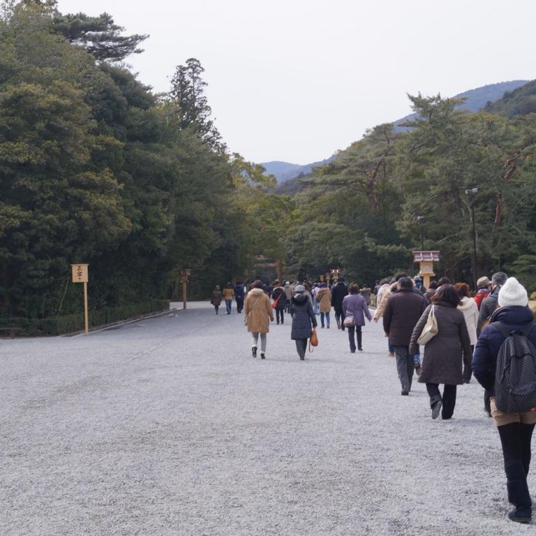 Дорога к Исэ Дзингу (Найку), часть дороги свободна для прохода синтоистских богов; Миэ