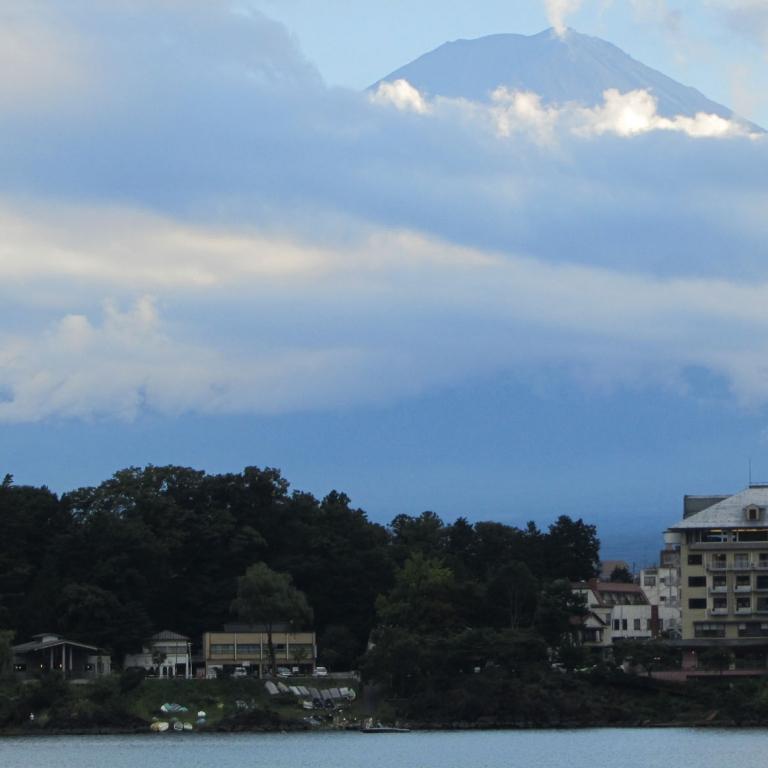 Верхушка - через облака - с озера Кавагути; Яманаси