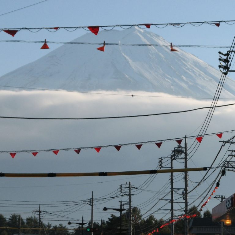 На фоне городских электрокоммуникаций; Яманаси