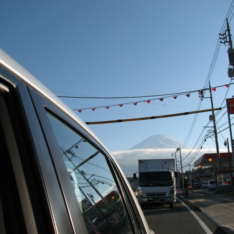 Из окна машины на дороге в г.ФудзиКавагути; Яманаси