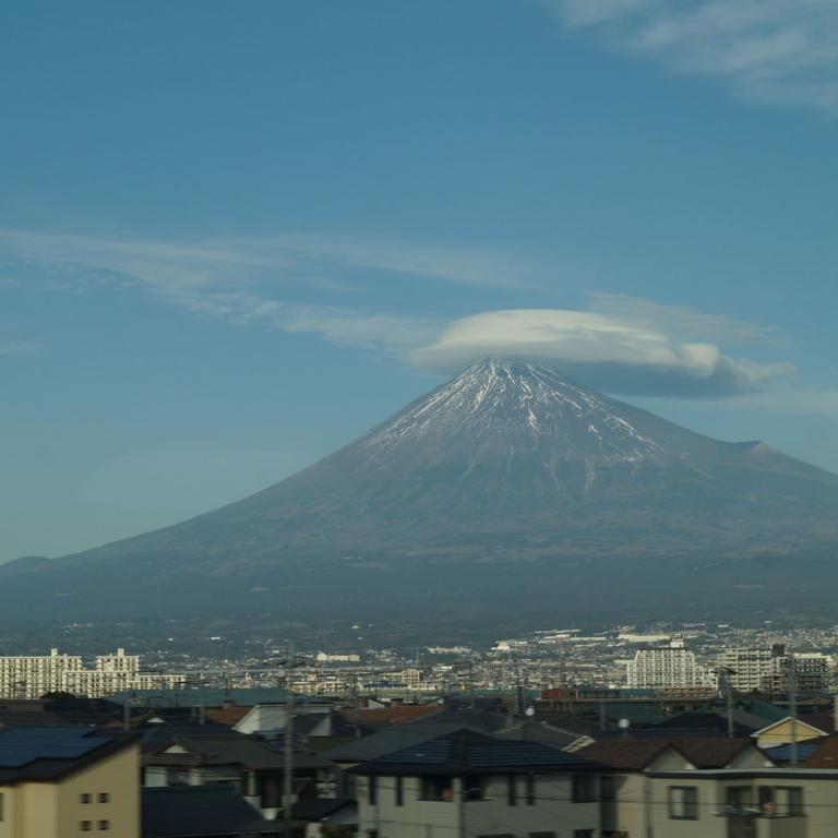 Город Фудзи на фоне одноименной горы в шапке; Сидзуока